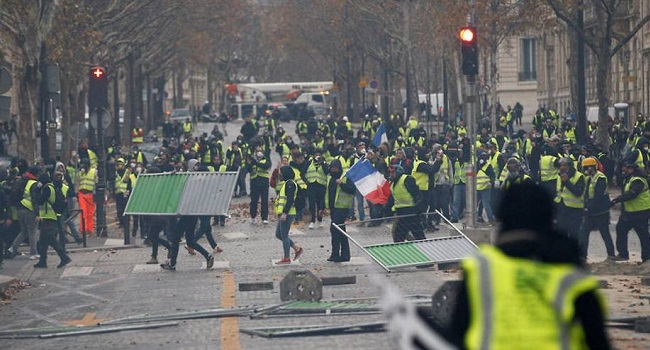 Yellow vest' protesters keep up pressure on Macron, clash with police