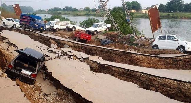 5.8 magnitude earthquake rocks Pakistan, kills 25, injures 300 others