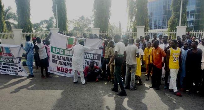 Aggrieved APC members storm party secretariat, demand Oshiomhole's sacking